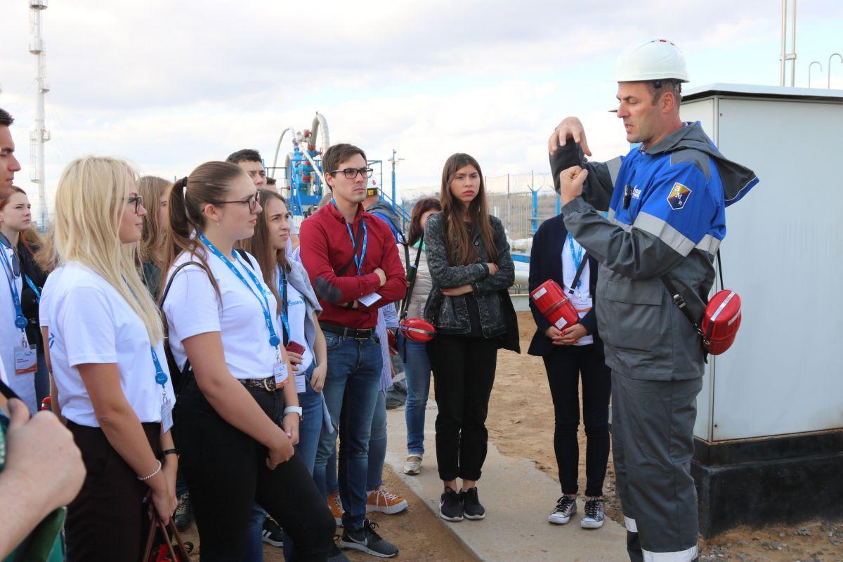 На промысловых объектах многие студенты впервые увидели, как идёт добыча углеводородного сырья и проводится первичная подготовка газа