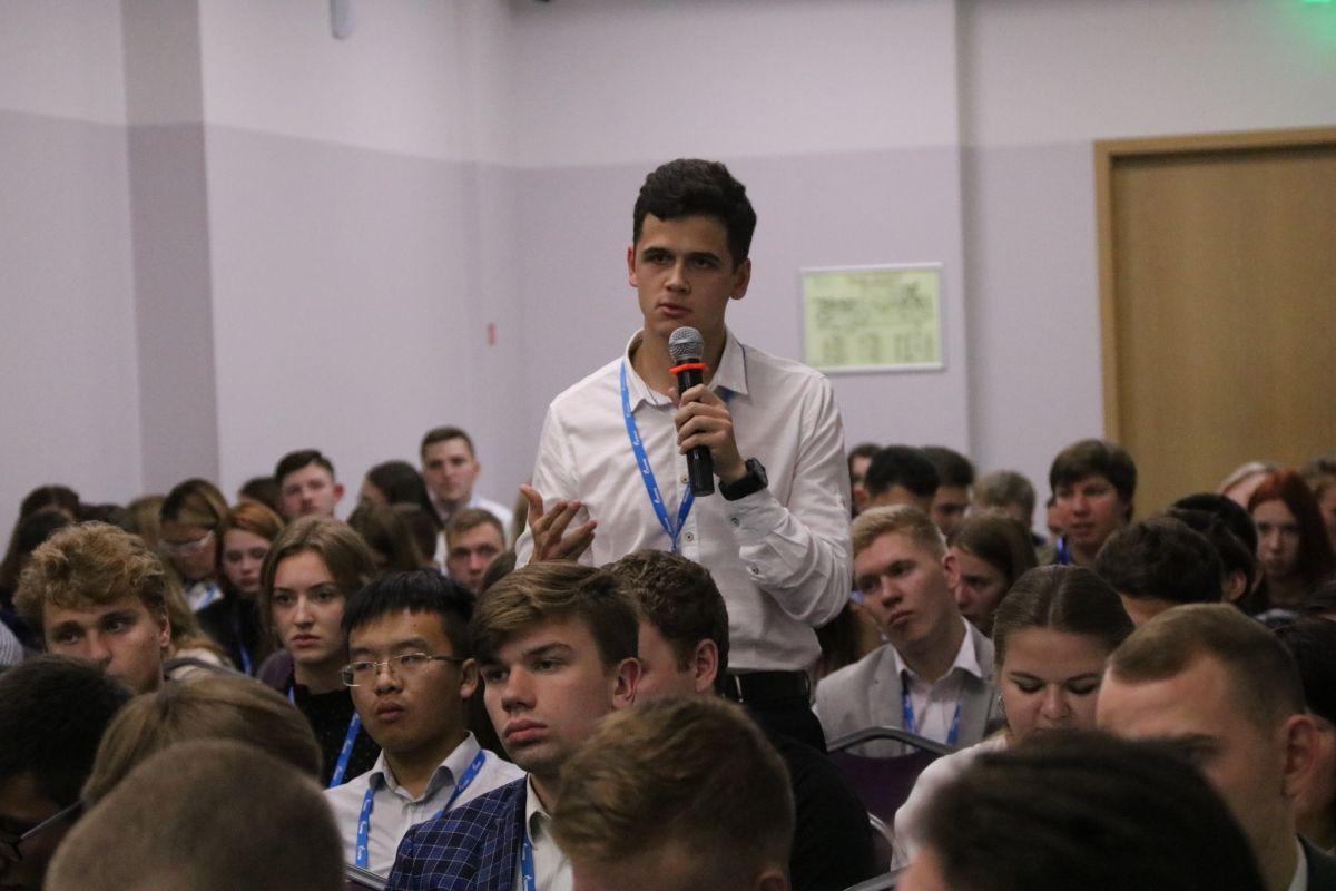 На «встрече без галстуков» с руководством ООО «Газпром добыча Астрахань» студентов интересовали вопросы прохождения практики, трудоустройства, инфраструктуры и другие