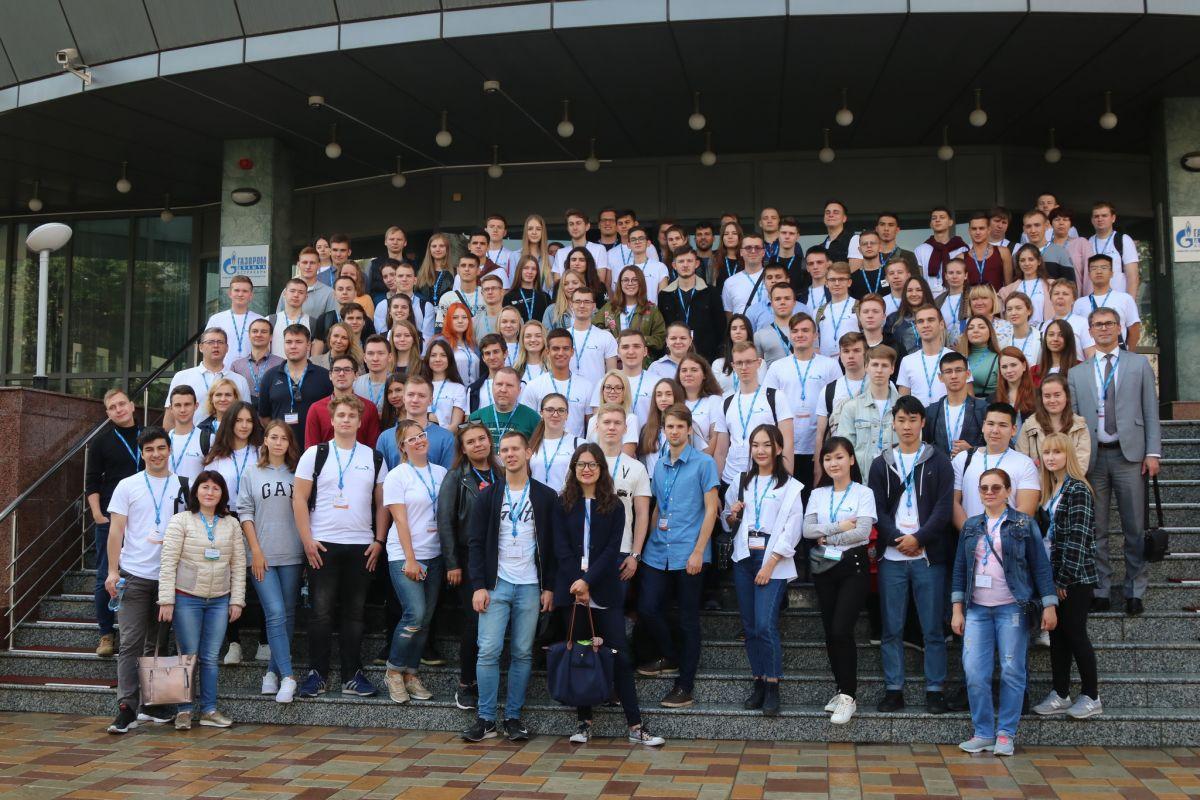 Общее фото участников визита на производственные объекты ООО «Газпром добыча Астрахань»