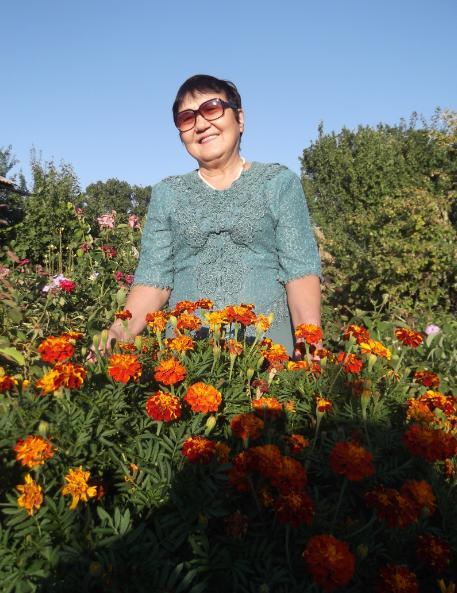 Жамиля Исталиева с цветущими бархатцами.